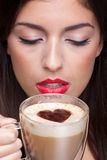 Trinkender Cappuccinokaffee der Frau mit Liebesinnerem s Stockbild