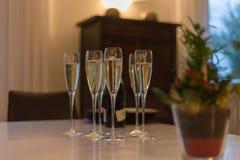 trinkender Champagner auf sylvester Nacht zum Tag der neuen Jahre stockbild