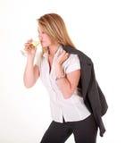 Trinkender Champagner blonder Geschäftsdame Lizenzfreies Stockbild