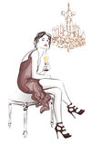 Trinkender Champagner der Frau in einem stilvollen Dekor Stockfotos