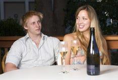 Trinkender Champagner der jungen Paare lizenzfreie stockbilder