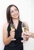 Trinkender Champagner des Brunette stockfoto
