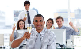 Trinkender Champagner des erfolgreichen Geschäftsteams Stockbild