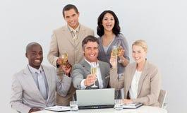 Trinkender Champagner des multiethnischen Geschäftsteams lizenzfreie stockbilder
