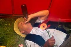 Trinkender französischer Mann Stockfoto