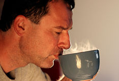 Trinkender heißer Tee Stockbild