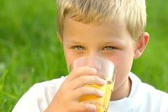 Trinkender Junge Lizenzfreie Stockbilder