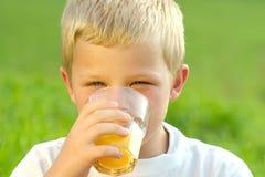 Trinkender Junge Stockfoto