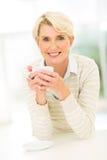 Trinkender Kaffee der älteren Frau Lizenzfreie Stockbilder