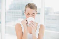 Trinkender Kaffee der blonden Frau Stockfotografie