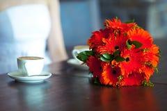 Trinkender Kaffee der Braut und des Bräutigams am Café nach ihrer Hochzeit Schöne junge Frau, die auf Knien ihres neuen Ehemanns  Lizenzfreies Stockfoto