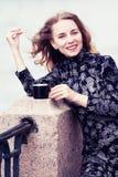 Trinkender Kaffee der Frau stockbilder