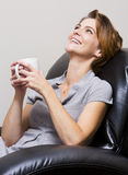Trinkender Kaffee der Frau Stockfotos