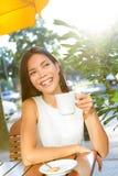 Trinkender Kaffee der Frau am Café Stockfoto