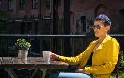 Trinkender Kaffee der Frau draußen Lizenzfreie Stockbilder