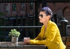 Trinkender Kaffee der Frau draußen Stockfotografie
