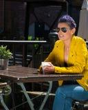 Trinkender Kaffee der Frau draußen Stockfoto