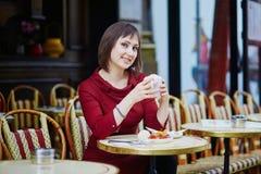 Trinkender Kaffee der Frau im Pariser Café im Freien Lizenzfreies Stockfoto