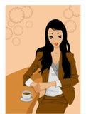Trinkender Kaffee der Frau am Stab lizenzfreies stockbild
