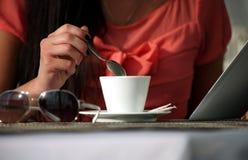 Trinkender Kaffee der Frau und Lesen des Ebuches Lizenzfreies Stockfoto