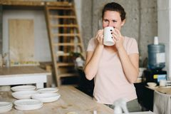 Trinkender Kaffee der Frau vom Becher lizenzfreie stockfotos