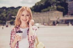 trinkender Kaffee der Frau von der Wegwerfpapierschale Stockbilder