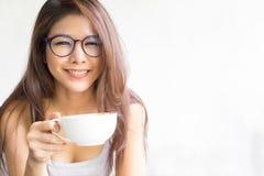 Trinkender Kaffee der Geschäftsfrau auf weißem Hintergrund Glückliche Junge stockfotos