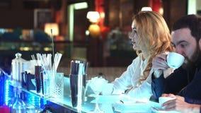 Trinkender Kaffee der hübschen Geschäftsfrau und Entspannung im Café stock video