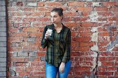 Trinkender Kaffee der jungen Brunettefrau Stockbild