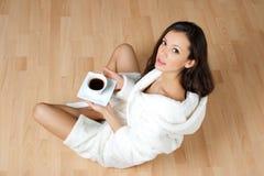 Trinkender Kaffee der jungen Frau Lizenzfreies Stockfoto