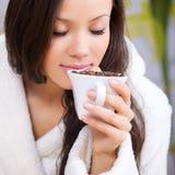Trinkender Kaffee der jungen Frau Stockbild
