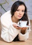 Trinkender Kaffee der jungen Frau Stockfotos