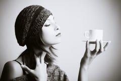 Trinkender Kaffee der jungen Frau Stockbilder