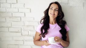 Trinkender Kaffee der jungen Frau auf Küche stock video footage