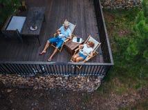 Trinkender Kaffee der jungen Paare auf Terrasse lizenzfreie stockfotografie