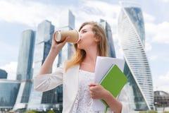 Trinkender Kaffee der jungen stilvollen Frau Stockfotografie