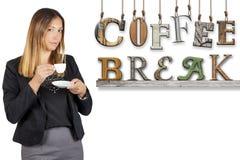 Trinkender Kaffee der Kaffeepause-Textwort-Geschäftsfrau Arbeitspause Lizenzfreie Stockfotografie
