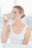 Trinkender Kaffee der netten blonden Frau Stockfotografie