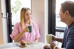 Trinkender Kaffee der Paare und Unterhaltung am Restaurant Stockfotografie