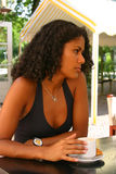 Trinkender Kaffee der recht brasilianischen Frau Lizenzfreie Stockbilder