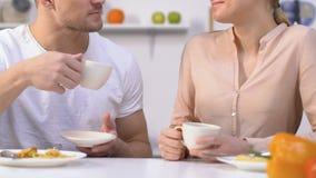 Trinkender Kaffee der schönen Familienpaare und In Verbindung stehen während des Frühstücks stock footage