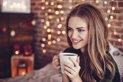 Trinkender Kaffee der schönen Frau stockfotos