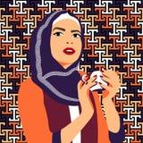 Trinkender Kaffee der schönen moslemischen Frau Lizenzfreies Stockbild