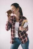 Trinkender Kaffee der Studentin mit Notizbüchern in den Händen Stockbilder