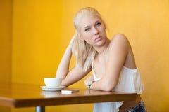 Trinkender Kaffee des attraktiven blonden Mädchens am Café Stockfotografie