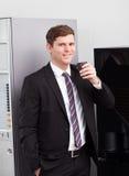 Trinkender Kaffee des Geschäftsmannes Stockfotografie