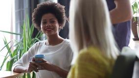 Trinkender Kaffee des glücklichen kreativen Teams im Büro stock footage