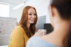 Trinkender Kaffee des glücklichen kreativen Teams im Büro Stockbild