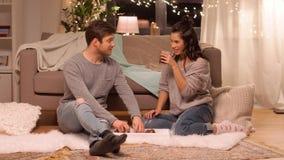 Trinkender Kaffee des glücklichen Paars und zu Hause essen stock video