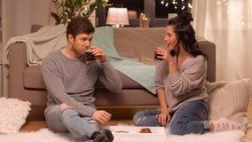 Trinkender Kaffee des glücklichen Paars zu Hause stock video
